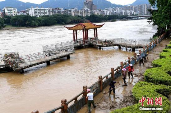 资料图:福建三明降雨清淤工作。张斌 摄