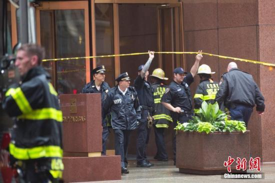 当地时间6月10日,救援人员进入曼哈顿一栋摩天大楼,一架直升机坠毁在该楼楼顶。当日,一架直升机坠毁在纽约曼哈顿一座摩天大厦楼顶,直升机驾驶员在事故中丧生。中新社记者 廖攀 摄