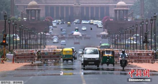 """6月11日消息,据""""中央社""""报道,印度首都新德里在热浪袭击下,10日气温一度飙到摄氏48度,被认为是新德里有纪录以来气温最高的一次,打破2014年6月9日的摄氏47.8度。"""