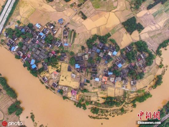 资料图:6月10日,广西桂林全州县全州镇赵家村被洪水肆虐后满?#30475;?#30157;。(无人机航拍)唐广东 摄 图片来源:ICphoto