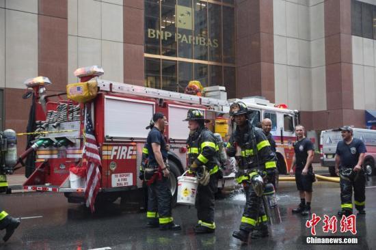当地时间6月10日,救援人员进入曼哈顿一栋摩天大楼,一架直升机坠毁在该楼楼顶。当日,一架直升机坠毁在纽约曼哈顿一座摩天大厦楼顶,直升机驾驶员在事故中丧生。<a target='_blank' href='http://www.chinanews.com/'>中新社</a>记者 廖攀 摄