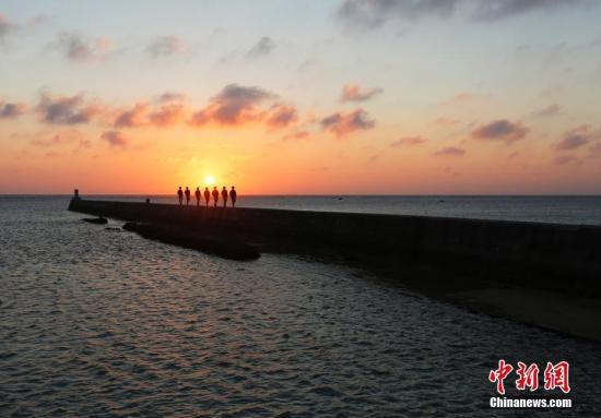 资料图:夕阳下,驻岛官兵在巡逻。王晓斌 摄