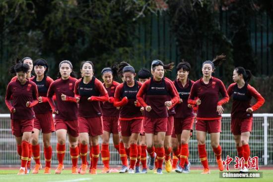 资料图:中国女足在世界杯期间的训练课上,队员们神情并不轻松。 <a target='_blank' href='http://teenflv.com/'>中新社</a>记者 富田 摄