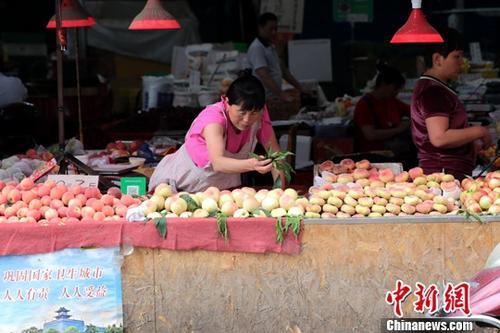 资料图:菜市场商家。中新社记者 张远 摄