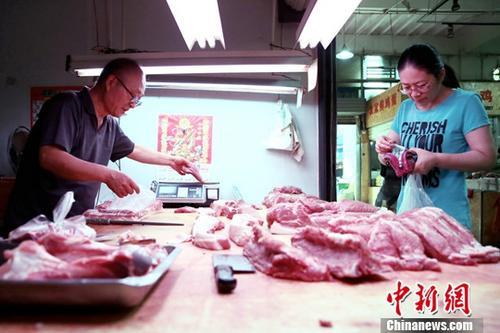 6月12日,西安民众于菜市场内购买猪肉。据国家统计局网站消息,2019年5月份,全国居民消费价格同比上涨2.7%。其中,鲜果价格上涨26.7%,影响CPI上涨约0.48个百分点;猪肉价格上涨18.2%,影响CPI上涨约0.38个百分点。中新社记者 张远 摄