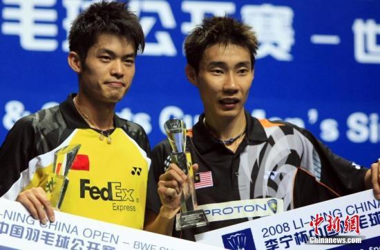 图为2008年11月23日,在上海举行的2008年中国羽毛球公开赛男子单打决赛中,中国头号选手林丹(左)以2比0战胜马来西亚选手李宗伟(右),获得冠军。这也是他第三次夺得中国羽毛球公开赛的冠军。 <a target='_blank' href='http://www.chinanews.com/'>中新社</a>记者 汤彦俊 摄