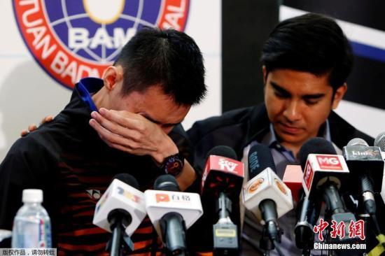 当地时间2019年6月13日,马来西亚,李宗伟召开新闻发布会,宣布退役。据报道,李宗伟在当地时间13日中午12点半,联同青体部长赛沙迪与大马羽总会长拿督斯里诺萨,于布城青体部总部召开特别新闻发布会上,宣布自己因鼻癌康复后一直未能回到此前的最佳状态,因此没能继续追逐第5次征战奥运会梦想,正式退役。
