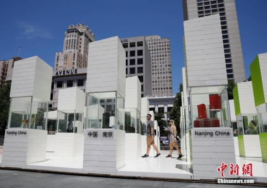 """当地时间6月12日,2019中国南京创新周""""融相符之光""""展览开幕仪式在。旧金山说相符广场举走。展览围绕文化与科技融相符的主题,以明城墙与秦淮花灯为主要元素,使用当代艺术装配,全角度地表现南京的历史文脉、人。文精神以及创意活力。 中新社记者 刘关关 摄"""