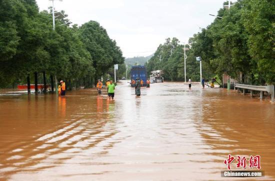 资料图:湖南省临武县民房和农田被淹。唐盛欢 摄
