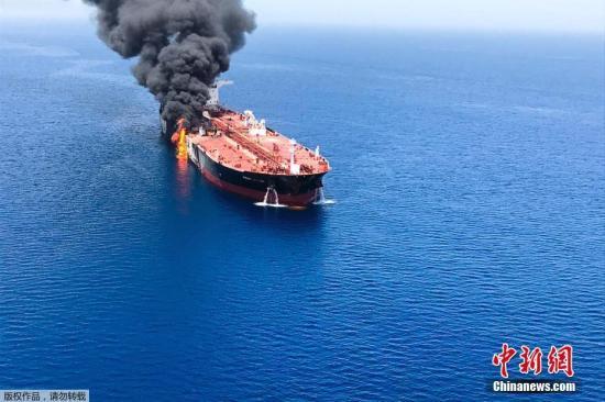 材料圖@員天工夫6月13日,兩艘油輪正在阿曼灣接近伊朗一側海疆遭受或磁性火雷打擊。兩艘油輪皆發作了爆炸,落空動力沒法繼飛行。此中一艘油輪借燃起年夜水。