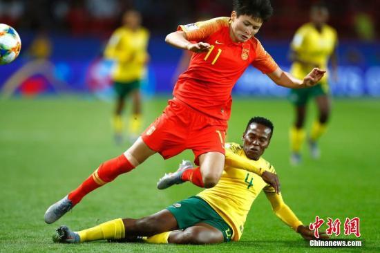中國女足在小組賽階段取得1勝1平1負,僅打進1粒進球,是進入淘汰賽中進球最少的球隊。而且無論是進攻組織還是機會的把握上,都存在一定的不足。外加王珊珊可能因傷無緣,面對這樣一支擁有成熟防守體系的意大利,女足姑娘們想要取得進球的難度不小。   除了極強的防守能力,對手在進攻端也有極大威脅。小組賽階段他們在3場比賽中攻入7球,前鋒吉雷利與博南塞亞聯手攻入5球。年輕中場加利有2球入賬,另一位年輕中場朱利亞諾在與牙買加的比賽中上演助攻帽子戲法,展現出不錯的中場組織能力。從整體進攻風格來看,意大利與西班牙有些類似