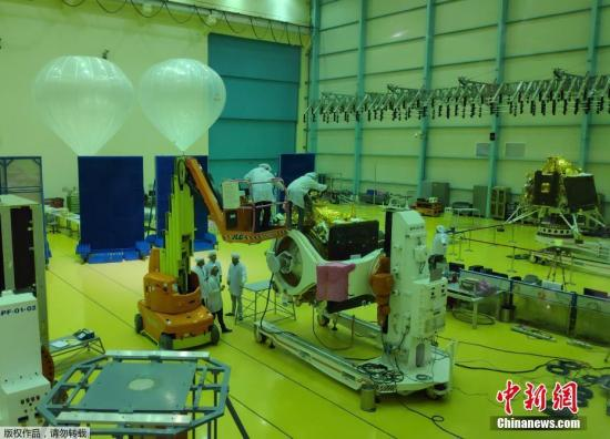 """资料图:印度太空研究组织(ISRO)于6月12日宣布,将于7月15日发射登月航天器""""月船2号""""(Chandrayaan-2)。"""