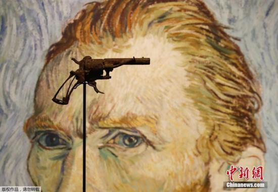 近日,一把疑似19世纪画家文森特·梵高自杀所使用的左轮手枪在法国巴黎德鲁奥拍卖中心展出。据悉,该展品将于6月19日在德鲁特拍卖中心公开拍卖。该枪是一位农民于1960年前后在文森特·梵高自尽地点附近发现的。