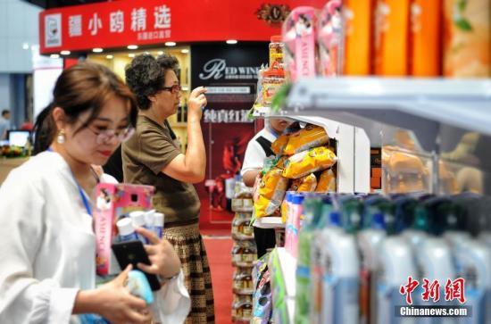 資料圖:2019中國·天津華僑華人創業發展洽談會在梅江會展中心舉辦。洽談會期間還舉行了世界僑商項目與商品博覽會。圖為市民在天津進出口貿易展區挑選心儀商品。<a target='_blank'  >中新網</a>記者 李霈韻 攝
