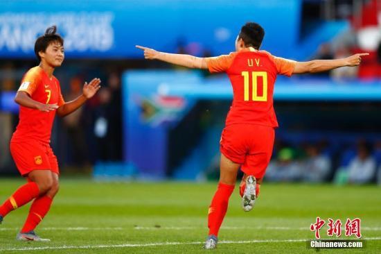資料圖:中國隊球員李影(右)在比賽中慶祝進球。 <a target='_blank' href='http://www.wgxsrf.tw/'>中新社</a>記者 富田 攝