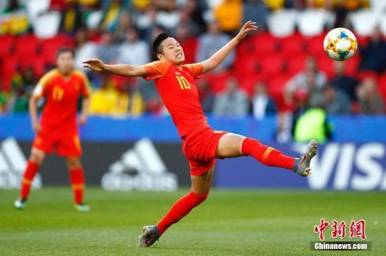 当地时间6月13日,中国队球员李影在比赛中拼抢。当日,在法国巴黎举行的2019年国际足联女足世界杯B组小组赛中,中国队以1比0战胜南非队。中新社记者 富田 摄