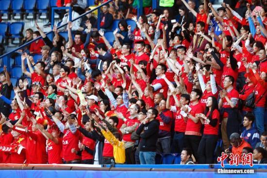 当地时间6月13日,中国队球迷现场观战。当日,在法国巴黎举行的2019年国际足联女足世界杯B组小组赛中,中国队以1比0战胜南非队。中新社记者 富田 摄