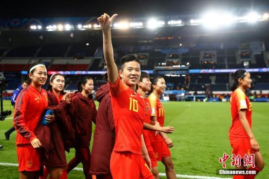 当地时间6月13日,中国队球员李影(中)在赛后庆祝胜利。当日,在法国巴黎举行的2019年国际足联女足世界杯B组小组赛中,中国队以1比0战胜南非队。中新社记者 富田 摄