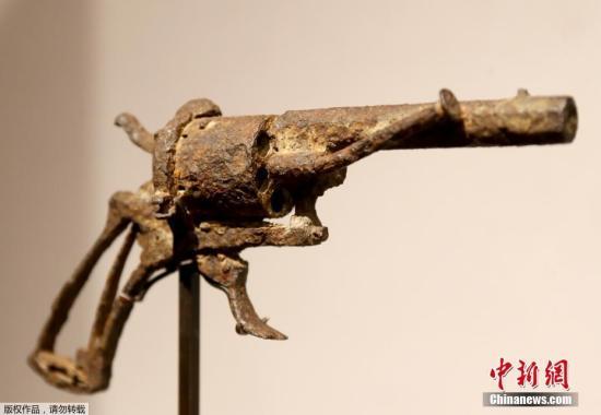 克日,一把疑似19世纪绘家文森特梵下他杀所利用的左轮脚枪正在法国巴黎德鲁奥拍卖中间展出。据悉,该展品将于6月19日正在德鲁特拍卖中间公然拍卖。该枪是一名农人于1960年前后正在文森特梵下自杀所在四周发明的。