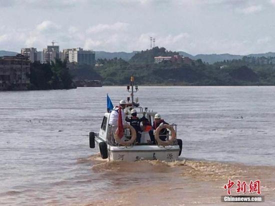 广东河源市委宣传部6月14日通报称,该市源城区Y009线东江大桥(紫金桥)于6月14日凌晨2点12分发生中间2孔垮塌,有2辆小车落水。现已救起1人,搜救仍在进行。垮塌原因正在调查中。河源市宣传部供图