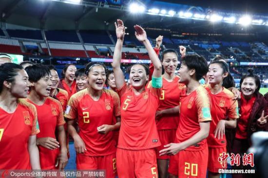 资料图:面对南非的一场小组赛胜利,终于让女足姑娘们绽放笑颜。 图片来源:Osports全体育图片社