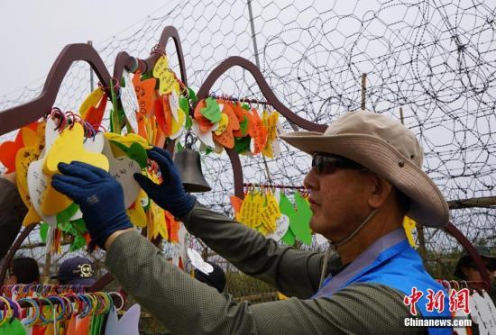 """韩国近期首次向公多盛开非军事区徒步游。图为韩国民多在。""""祈愿树""""上挂上心愿卡。中新社记者 曾鼐 摄"""