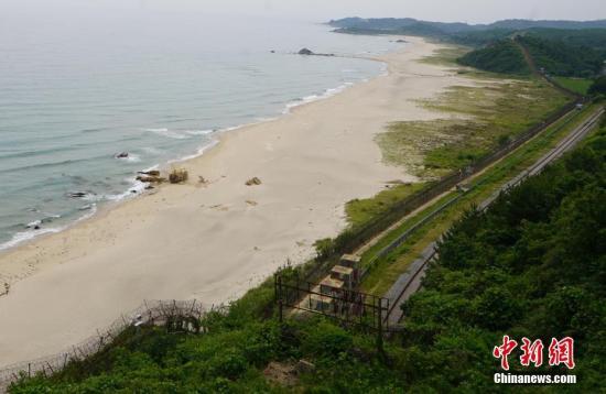 2019年6月,韩国首次向公众开放非军事区徒步游。图为废弃的东海线铁路。<a target='_blank' href='http://www.chinanews.com/'>中新社</a>记者 曾鼐 摄