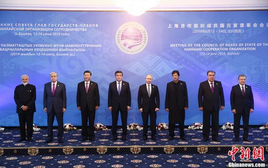 6月14日,上海合作组织成员国元首理事会第十九次会议在吉尔吉斯斯坦首都比什凯克举行。图为小范围会谈前,上海合作组织成员国元首集体合影。中新社记者 盛佳鹏 摄