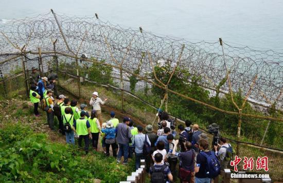 韩国近期首次向公多盛开非军事区徒步游。图为游客正在。体验徒步游,步道周围铁丝网环绕。中新社记者 曾鼐 摄