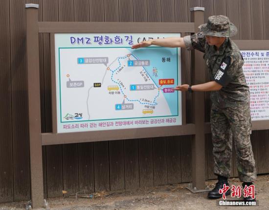 韩国近期首次向公多盛开非军事区徒步游。图为韩方人。员正在。讲解徒步线路。中新社记者 曾鼐 摄