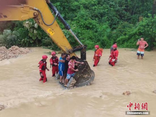 6月16日,因遭遇暴雨袭击,广西沿海多处发生严重内涝,居民被困。当地消防部门接到求助信息后,先后转移被困的居民数十人。图为利用铲车运送被困居民。