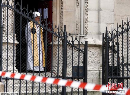资料图:当地时间6月15日,巴黎圣母院发生火灾的两个月后,在教堂内举行首次弥撒祈福活动。