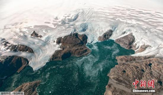 资料图:2019年6月16日报道,近日,被大量冰雪覆盖的格陵兰岛出现出现不寻常的融冰情况,约20亿吨冰雪在一日内融化。据悉,格陵兰岛的融冰季节主要在6-8月,此次出现大规模提前融冰,2019年恐打破以往记录,令极端天气更频繁出现。资料图为NASA在冰川调查任务中,从高空记录下的格陵兰岛冰川构造。
