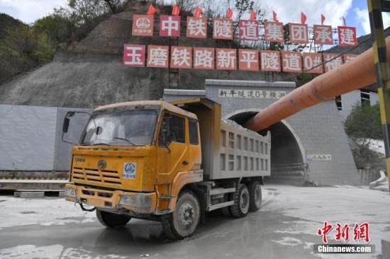 材料图:正正在建立中的中(国)老(挝)铁路海内段。a target='_blank' href='http://www.chinanews.com/'中新社/a记者 任东 摄