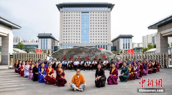 少数民族毕业生穿藏服拍毕业照。青海民族大学供图