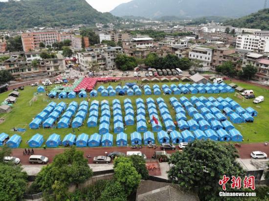 航拍长宁6.0级地震震中,双河中学操场搭建起帐篷,用于灾区民众临时安置。张浪 摄