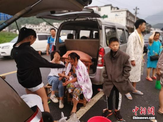 6月17日夜,四川省宜宾市长宁县发生6.0级地震。图为18日清晨,震中双河镇,在车中、帐篷中休息的民众。中新社记者 刘忠俊 摄
