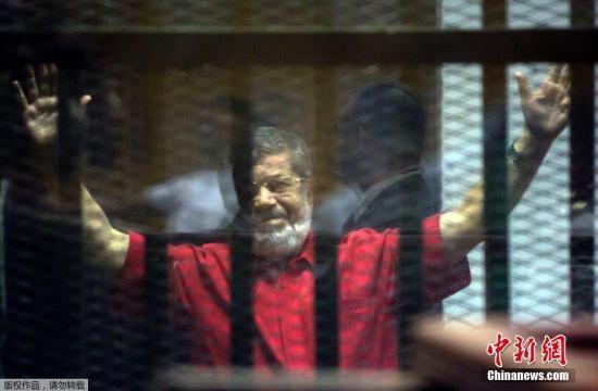 据埃及国家电视台消息,当地时间17日,埃及前总统穆罕默德·穆尔西在出席一场有关间谍诉讼的庭审时晕倒,随后死亡,享年67岁。 (资料图)