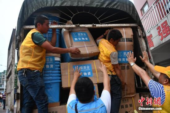 资料图:救灾物资运抵四川省宜宾市珙县珙泉镇中心校集中安置点。张浪 摄