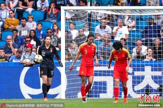 北京时间6月18日早晨,中国女足迎下世界杯幼组赛的末了一个对。手西班牙队,经90分钟鏖战,中国队0:0逼平对。手。幼组赛三场战罢,中国队排名B组第3,以四支收获最益的幼组第三身份挑前出线,晋级16强。此役两边射门比24:1,在。极其被行的局面下,门将彭诗梦贡献10次扑救力保中国队球门不失。图片来源:Osports通盘育图片社