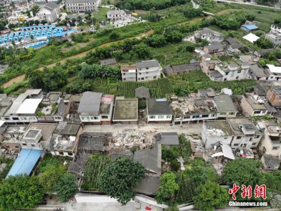 航拍长宁6.0级地震震中 房屋受损严重。张浪 摄