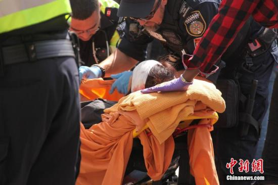 图为一名伤者经现场简单包扎后被送上救护车。<a target='_blank' href='http://www.chinanews.com/'>中新社</a>记者 余瑞冬 摄