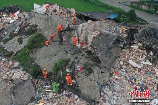 6月18日凌晨,抢险队员在四川长宁县双河镇葡萄村8组倒塌房屋搜救。6月17日22时55分在四川宜宾长宁县发生6.0级地震,震源深度16千米。截至6月18日8时30分,地震已造成12人死亡,125人受伤。 ???图为6月18日凌晨6点过,抢险队员仍然在长宁县双河镇葡萄村8组倒塌房屋搜救。 <a target='_blank' href='http://www.chinanews.com/'>中新社</a>发 曾朗 摄 图片来源:Cnsphoto