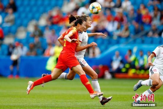 资料图:与西班牙的比赛中,中国女足处于非常被动的局面。进入淘汰赛后,球队在进攻端要有所加强。<a target='_blank' href='http://www.chinanews.com/'>中新社</a>记者 富田 摄