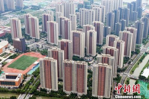 """6月18日,航拍南京河西一处楼盘。当日,中国国家统计局发布数据显示,2019年5月份,中国70个大中城市中,67个城市新建商品住宅价格环比上涨,数量与上月持平。其中,西安""""领涨"""",环比上涨2%,重庆、大理、洛阳、金华、大连、无锡等城市紧随其后,涨幅均超过1%。在开发投资、销售增速小幅回落的同时,5月份中国70个大中城市房价涨幅趋稳。中新社记者 泱波 摄"""
