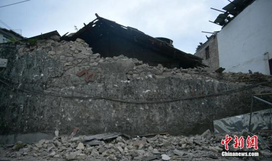 6月18日,四川长宁双河镇老城区,一段在地震中垮塌的墙体。四川省宜宾市长宁县6月17日22时55分发生6.0级地震,震中位于长宁县双河镇,许多房屋在地震中受损严重。中新社记者 刘忠俊 摄
