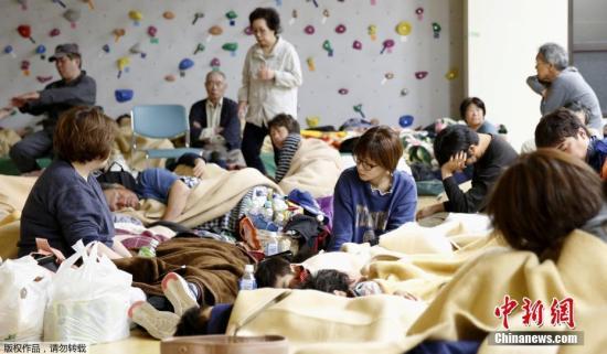 当地时间2019年6月18日,日本新潟发生6.7级地震。据外媒报道,地震引发多地海啸,造成数人受伤,附近核电站未发生异常。据日本气象厅称,此次地震震源位于山形县近海,深度约14公里,推测地震规模为里氏6.7级。图为当地居民到避难所避难。