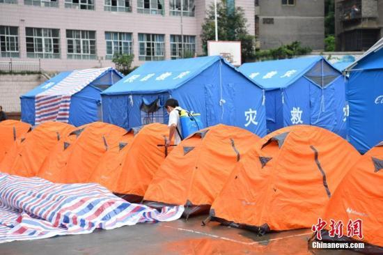 工作人员对四川长宁地震灾区临时安置点进行全面消毒。张浪 摄