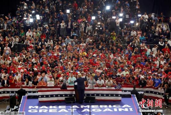 """据报道,特朗普从未真正停止竞选。2017年1月20日,也就是他就职的当天,他正式申请连任,并于2017年2月在佛罗里达州举行了第一次2020年竞选集会。自那以后的几个月里,他继续举行 """"让美国再次伟大起来""""的集会,同时还筹集了数百万美元,为一个更专业、规模更大的竞选活动提供资金。目前,大约有80名工作人员在维吉尼亚州的竞选总部、纽约和美国各地的关键州工作。"""