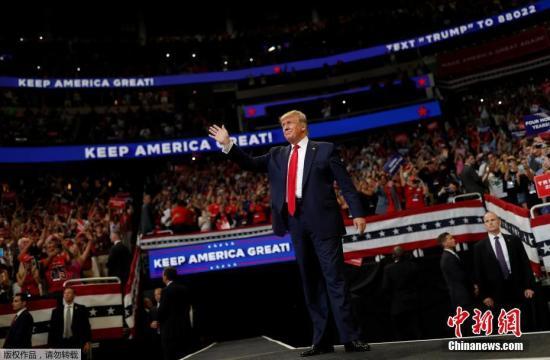 据外媒报道,当地时间6月18日晚,美国总统特朗普在佛州正式宣布竞选连任。目前,民主党的竞争对手正为他们的首场初选辩论做准备。昆尼皮亚克大学(Quinnipiac University)18日公布的一项民调显示,美国佛罗里达州的选民将从民主党总统候选人的前六名中选择一名,而不会让特朗普连任。